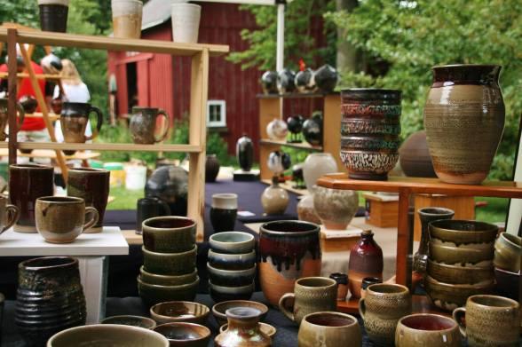Lou Lourdeau's pottery pics, tableful of pots
